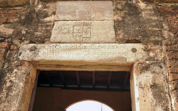 Edificio Nacional de San Cristóbal, estado Táchira. Escudo cuartelado (piedra superior) con las armas de los reinos de Castilla y León