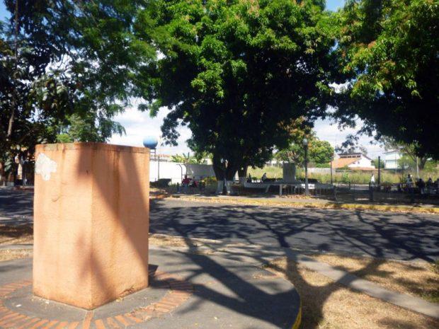 Pedestales sin los bustos de bronce de Antonio Nicolás Diablo Briceño y Andrés Bello. Paseo Los Trujillanos, Barinas. Foto Marinela Araque, enero 2019.