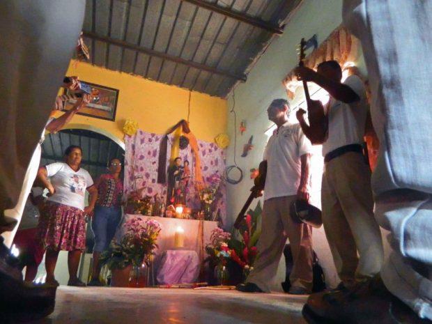 2017. María Esperanza Pérez en el altar de su tamunangue de Villa Araure Uno, Portuguesa. Foto Wilfredo Bolívar. Tamunangue o sones de negro entre Lara y Portuguesa. Patrimonio cultural de Venezuela.