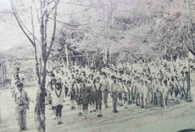 Alumnado formado en el patio de la Escuela María May, guardando silencio en memoria de la insigne maestra. Foto María May, c. 1971.