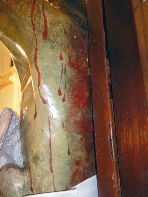 Espalda, en su región lumbar izquierda del Santo Cristo de La Grita, y repintes posteriores sobre los trazos o marcas de sangre antiguas. Foto Miguel Ángel Márquez, 2013.