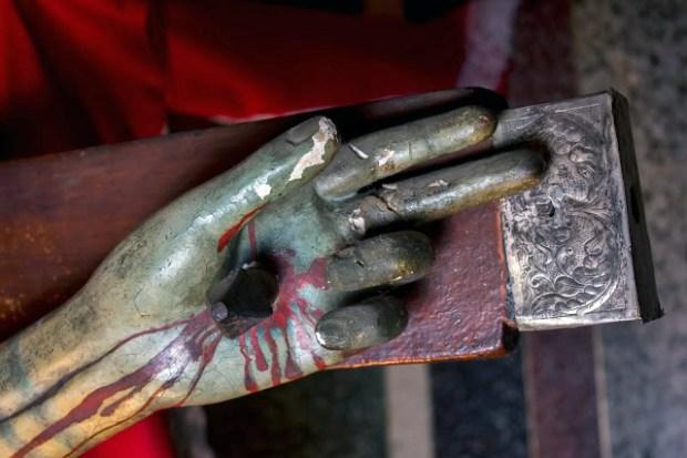 Mano izquierda (der. del observador); terminación del brazo de la cruz en láminas de plata repujada y estado de conservación de la talla del Santo Cristo de La Grita. Foto Abel Gerardo Rodrí