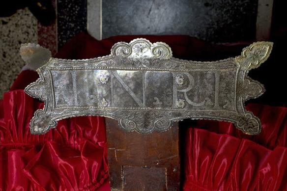 Sección superior de la cruz, con el añadido en madera, y cartela o rótulo renacentista del INRI, elaborado en plata repujada, de la talla del Santo Cristo de La Grita. Foto Abel Gerardo Rodrí