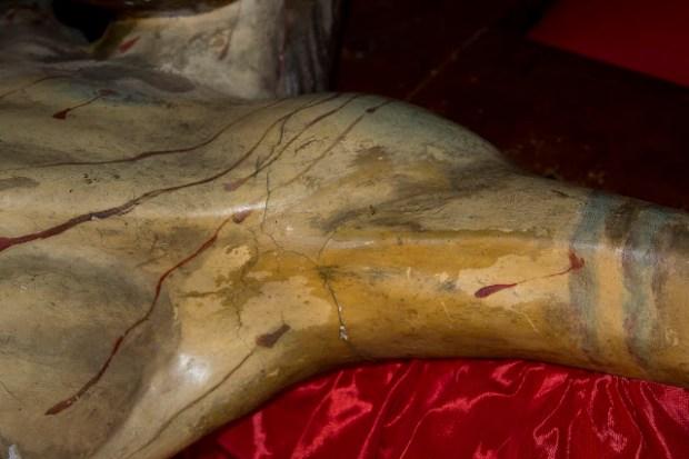 Talla de trazo lineal observable en el brazo izquierdo (der. del observador) del Santo Cristo de La Grita. Foto Abel Gerardo Rodríguez, TRT, 2013.