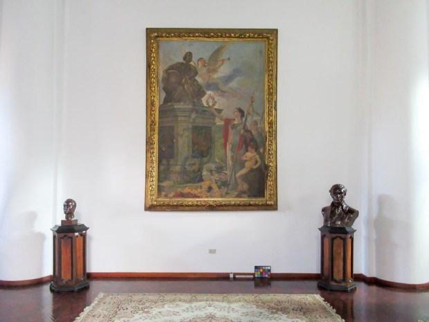 Todo preparado para hacer la fotogrametría de la colección del Palacio de las Academias. En la imagen, la obra Oda a Colón. Foto IAM Venezuela, enero 2018.