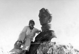 Monumento a El Libertador en el pico Bolívar de Mérida. Patrimonio cultural venezolano. Desde 1951 el busto de El Libertador se convirtió en ícono del andinismo merideño. En la imagen Alfredo Landaeta luego de una escalada en 1956.