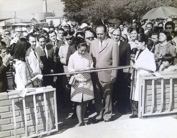 El corte de cinta inaugural del Obelisco de los Italianos, en la IV edición de la Feria Internacional de San Sebastián, el 27 de enero de 1968. Foto Gianni Trevis