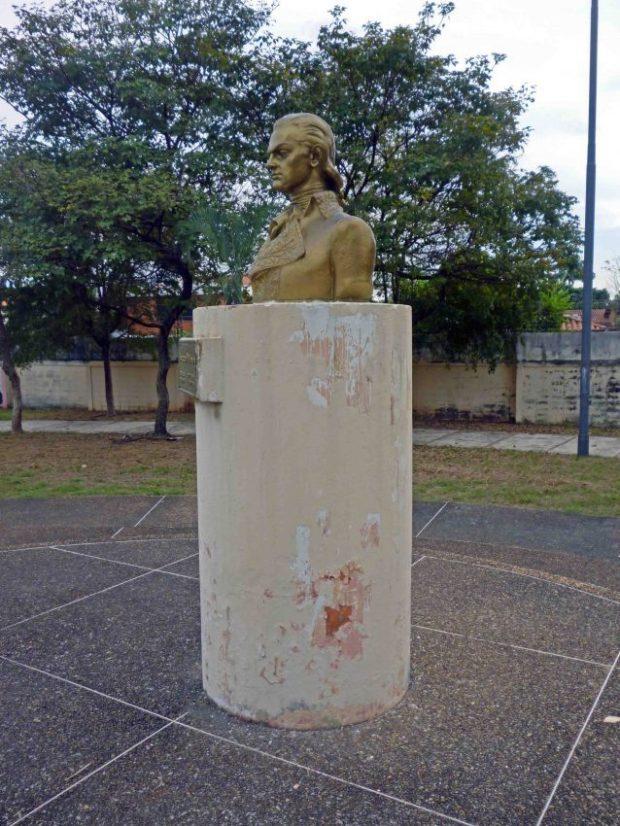 El-pedestal-del-busto-de-Miranda-luce-deteriorado.-Plaza-Miranda-de-Barinas.-Foto-Marinela-Araque-enero-2018.