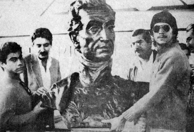 Monumento a El Libertador en el pico Bolívar de Mérida. Patrimonio cultural venezolano. En enero de 1985 el busto de El Libertador fue entregado a andinistas para que lo llevaran hasta la cima del pico Bolívar, Mérida. Foto Frontera.