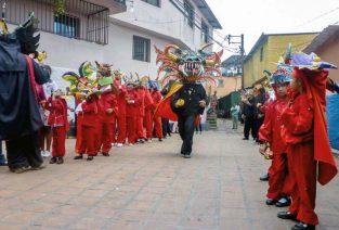 La plaza La Cruz es el punto culminante de eventos significativos del barrio El Calvario, como sus diablos danzantes. Foto cortesía comunidad.