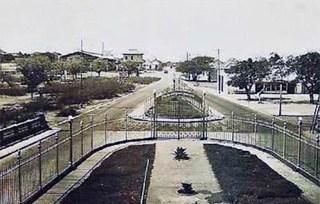 Vista a la Av. Bella Vista desde la plaza El Buen Maestro, circa 1930. Foto en el blog El Libro de Apuntes, de José L. Reyes Montiel.