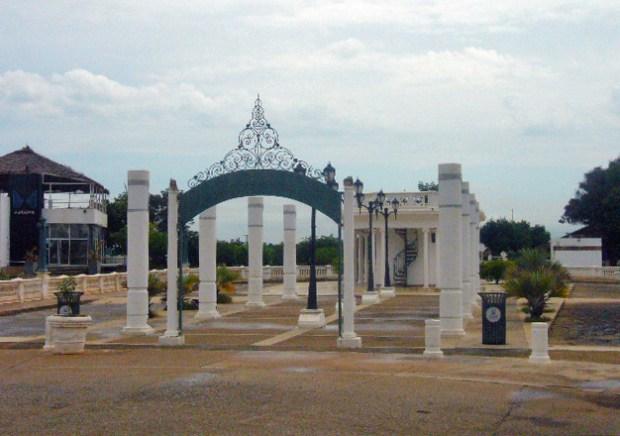 Vista de la entrada a la plaza El Buen Maestro. Maracaibo, Zulia. Foto Wilmer Villalobos, diciembre 2018.