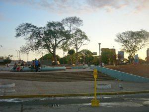 Comerciantes informales se quejan del abandono de la plaza Miranda, Maracaibo. Foto Wilmer Villalobos, abril 2019.