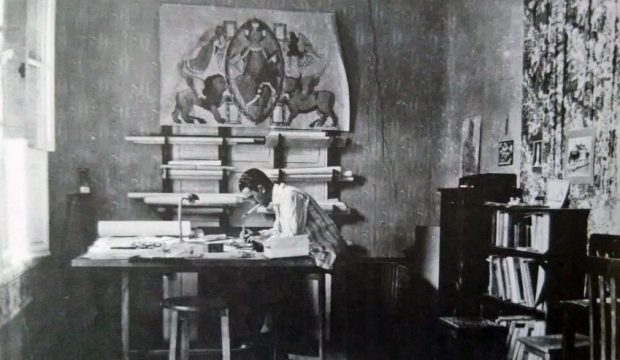 Manuel Mujica Millán trabajando en una de las habitaciones del Hotel Majestic. s_f
