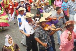 Cuatro y violines son los instrumentos protagónicos de la fiesta. Foto Sabrina Morantes.