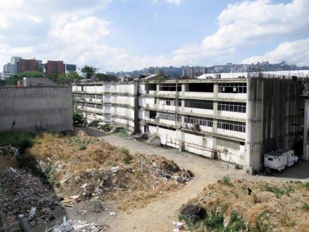 Edificio abandonado en la Zona Rental, Plaza Venezuela, Caracas. Foto Luis Chacín, mayo 2019.