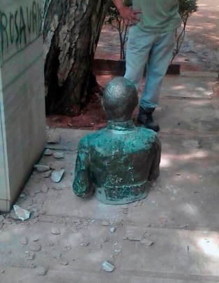 El busto de Ricardo Aguirre recién bajado de su pedestal por el CRU, el 3 de agosto de 2017. Foto Noticia al Minuto.