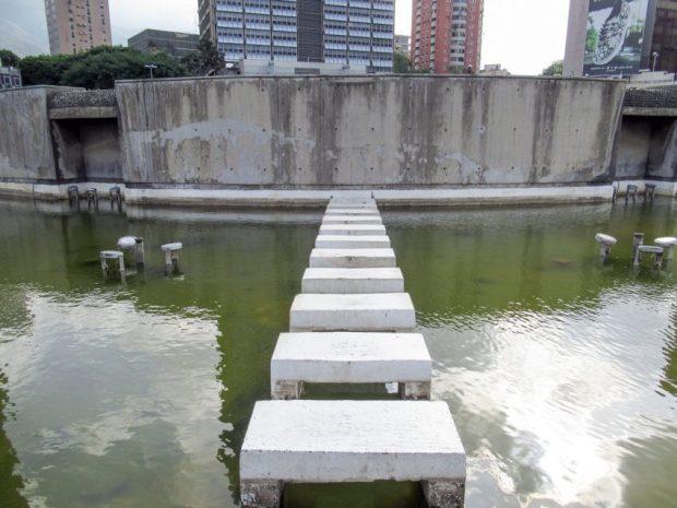 El limo y el moho han colonizado la fuente de Plaza Venezuela. Foto Luis Chacín, mayo 2019.