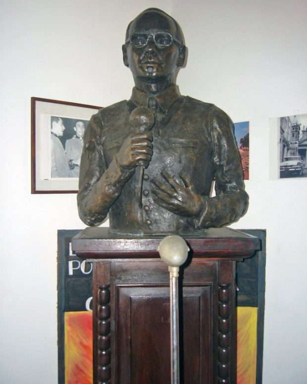 El monumento a Ricardo Aguirre tiene en frente el micrófono que el insigne gaitero usaba. Foto Wilmer Villalobos.