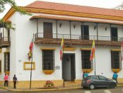 Fachada frontal de la Casa de la Capitulación, vista desde la plaza Bolívar de Maracaibo, Zulia. Foto Wilmer Villalobos, mayo 2019.