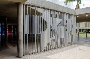 La obra Positivo - Negativo (1954), de Víctor Vasarely, en el campus de la UCV, Ciudad Universitaria de Caracas. Foto Luis Chacín, 2016.
