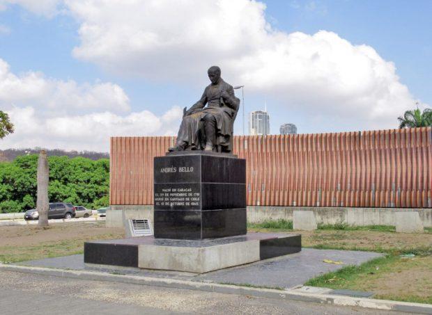 Monumento a Andrés Bello, al fondo está la fisicromía de Cruz-Diez, en plaza Venezuela, Caracas. Foto Luis Chacín, mayo de 2019.