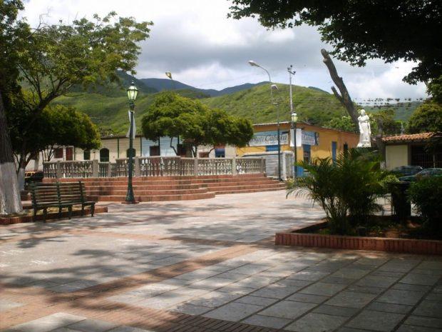 La estatua de Luisa Cáceres de Arismedi comparte plaza con la de El Libertador, en plaza Bolívar. Foto Odalis Mata en Flickr, junio de 2009.