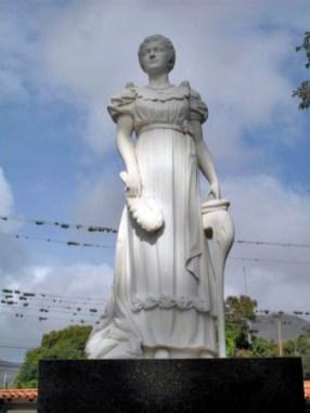 Vista frontal del monumento a Luisa Cáceres de Arismendi. Foto en Wikimedia Commons.