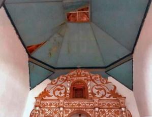 Filtraciones sobre al altar mayor de la iglesia Nuestra Señora del Rosario, parroquia Casigua de Mene Mauroa, Falcón. Foto Gabriel Mármol, julio 2019..png