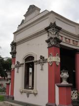Vista de la crujía este de la entrada de la villa, con elementos decorativos pétros. Foto: Eduardo Tovar Zamora.