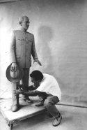El artista tallando la estatua pedestre de Alberto Arvelo Torrealba. Foto: archivo del José I. Vielma Vielma.