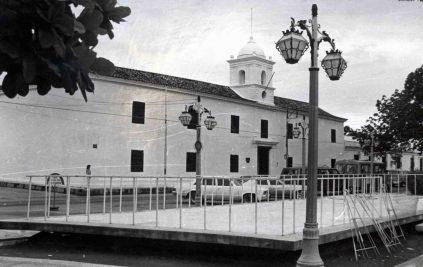 Desde la plaza Bolívar se puede observar la antigua cárcel real. Archivo Cronista Barinas