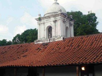 El campanario lucía con moho. Foto. Marinela A. 2011