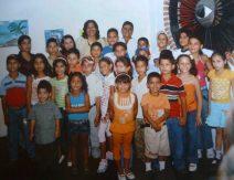 Niños de la comunidad con el artista plastico Henry Alizo. Foto archivo MAVHA.
