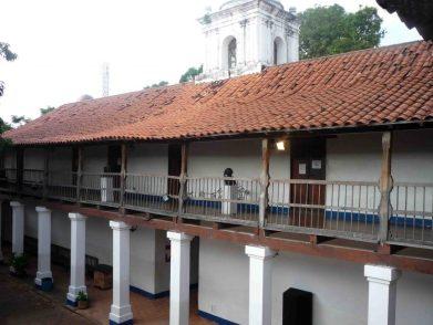 Parte interna se observa el estado de las tejas. Foto. Marinela A. 2011