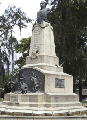 Vista frontal y del lateral derecho del monumento Páez, mayo 2017. Foto Samuel Hurtado Camargo