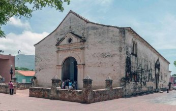 Fachada y lateral izquierdo de la catedral Nuestra Señora de La Asunción, del estado Nueva Esparta.