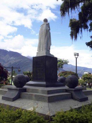 Lateral derecho y cara posterior del monumento al Gran Mariscal de Ayacucho. Foto Samuel Hurtado Camargo, 28 de mayo de 2017
