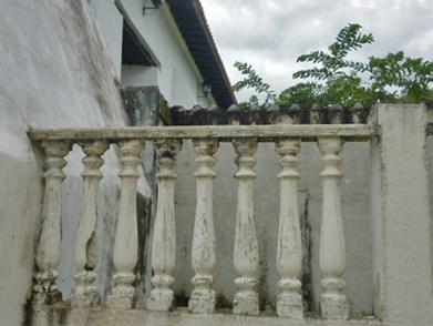 Fachada lateral humedecida de la iglesia San Nicolás de Bari, monumento histórico nacional de Venezuela.