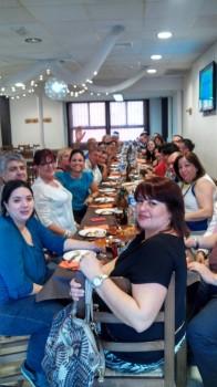 Participantes al 1er Encuentro/Congreso de Pacientes con EERR en Murcia, todos ellos comiendo alegremente en Lorca