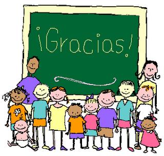 Niños y adultos dando gracias, ofreciendo un agradecimiento