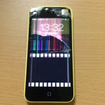 iPhone5cのガラス割れ修理。見事に割れてます。