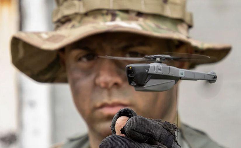 Des soldats américains avec des drones de reconnaissance de poche