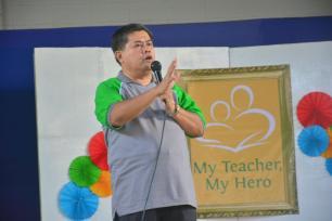 """Mayor Juan """"Danny"""" Toreja habang nagbigay ng mensahe sa ng guro sa iba't ibang paaralan."""
