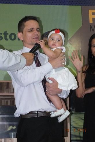Pastor Ailto orando na apresentação da Yasmin Cristina