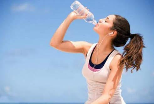 Wasser mit Honig auf leeren Magen, um Gewicht zu verlieren