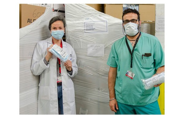 Almodóvar, Penélope Cruz y Bardem donan mascarillas