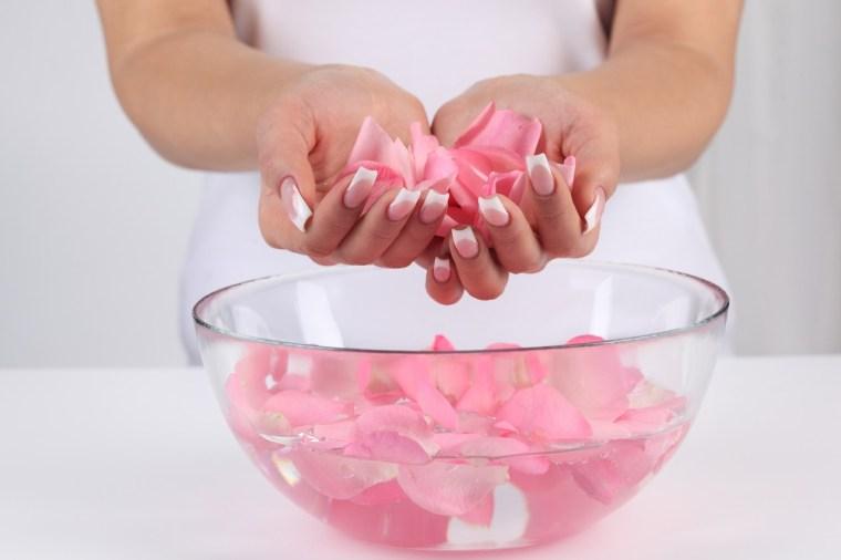 طريقة عمل ماسك للوجه بماء الورد