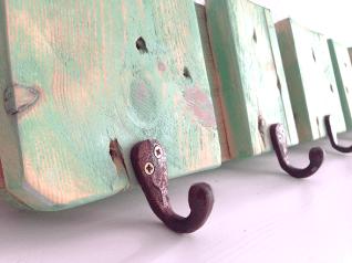 Detalle de colgador de madera verde