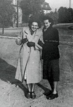 Krystyna Wróbel ( jasny płaszcz) z koleżanką. Źródło: T. Centkowska
